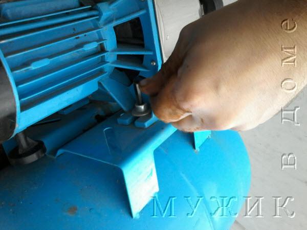 крепление гидроаккумулятора к насосу