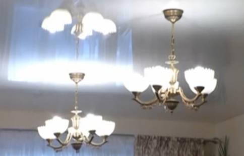 люстры на натяжных потолках