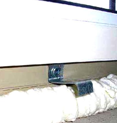 Фиксация пластикового подоконника при монтаже