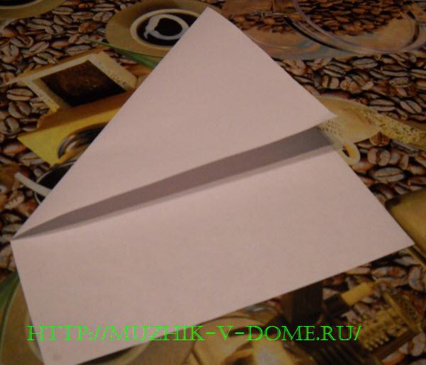 складываем бумагу для вырезания новогодней снежинки