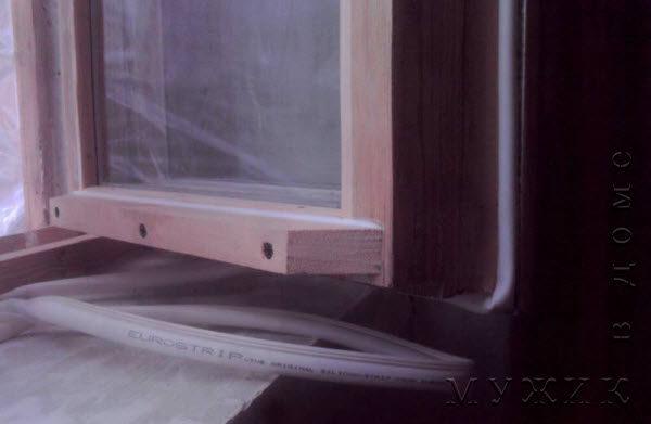 Шведский уплотнитель EuroStrip на деревянном окне