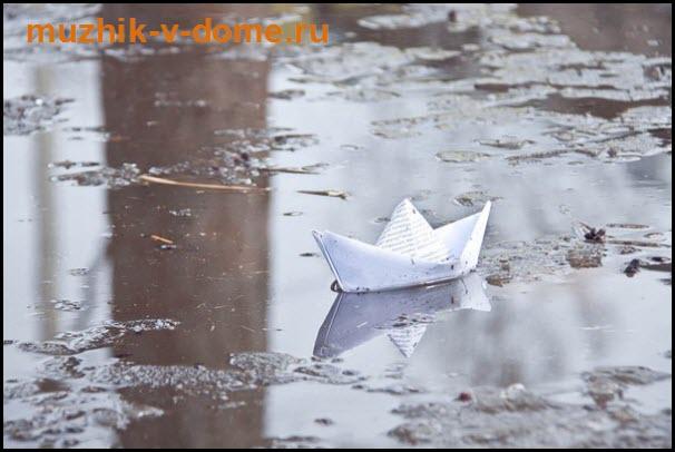 кораблик из бумаги в ручье