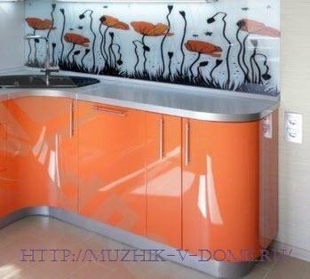 яркие цвета в интерьере малогабаритной кухни