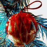 елочный шар из цветной бумаги