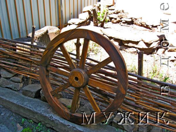 колесо от телеги для украшения сада
