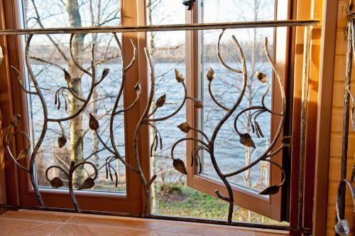 кованая решетка на окно дачного дома