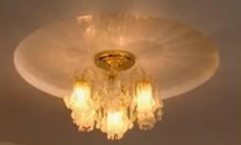 освещение натяжного потолка люстрой