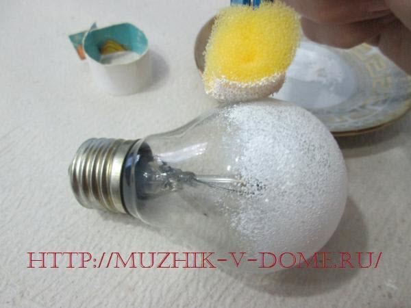 как делать из лампочки игрушку снеговика
