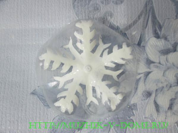 наносим изображение снежинки на дно от пластиковой бутылки