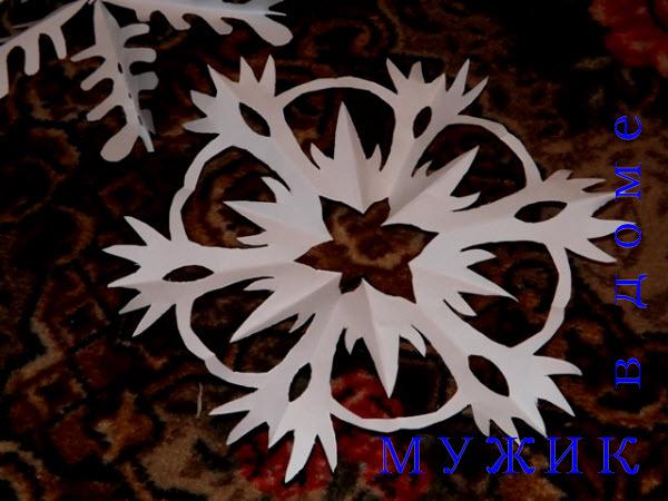 вырезанная из бумаги снежинка