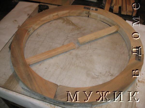 Вставляем спицы деревянного колеса