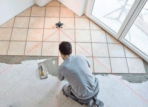 применение лазерного нивелира для кладку плитки на пол