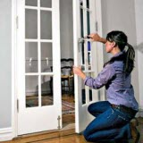 Как самостоятельно установить стекло в дверь