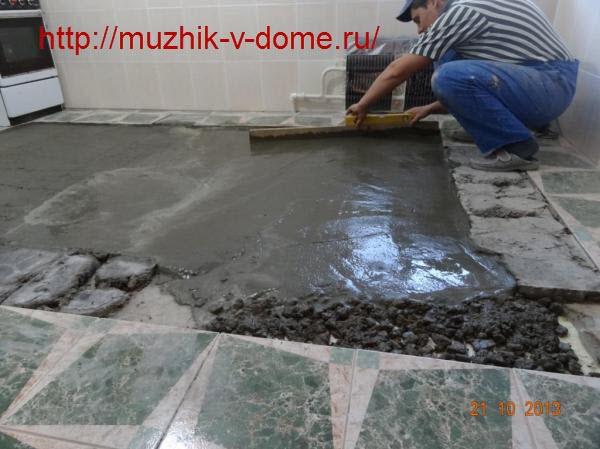 Разглаживание поверхности песчано-цементной стяжки правилом